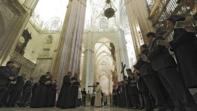 El cortejo del vía crucis por las naves de la Catedral