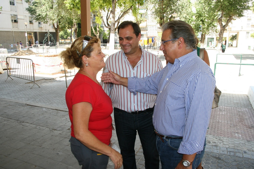 El alcalde de Sevilla, Juan Ignacio Zoido, estuvo acompañado por el delegado de San Pablo-Santa Justa, Jaime Ruiz.