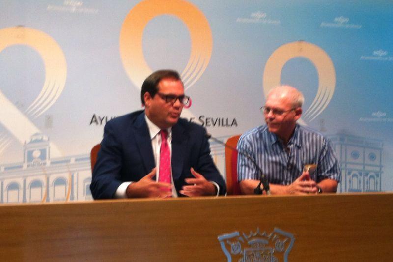 El delegado Jaime Ruiz con el director de la UNED, Fernando López Luna.