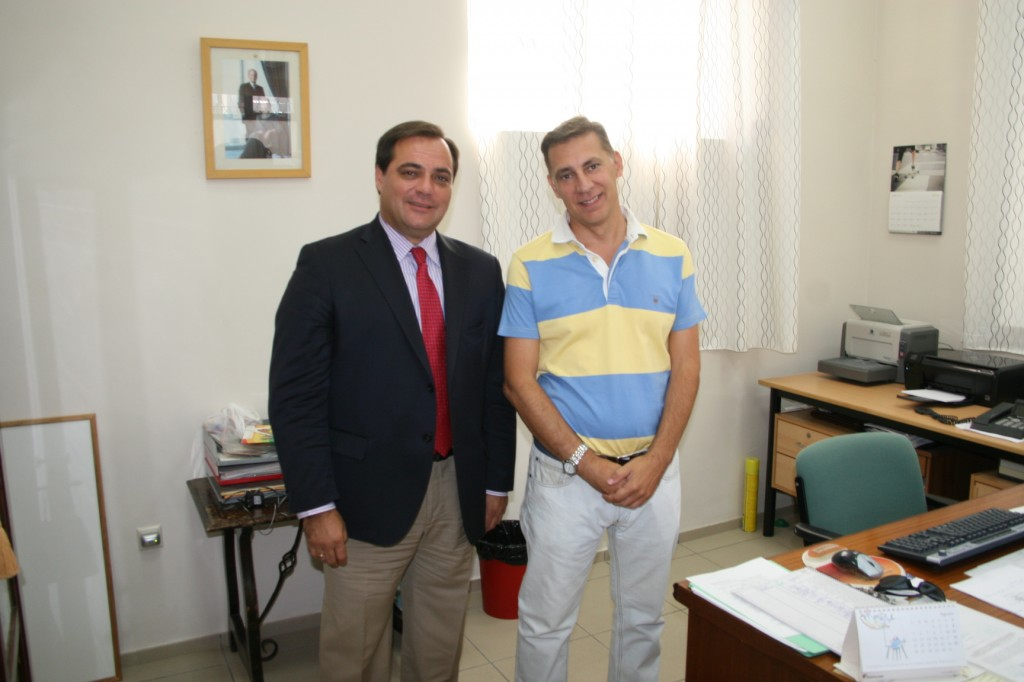 El delegado del distrito San Pablo-Santa Justa, Jaime Ruiz, junto al director del colegio Borbolla, Javier León.