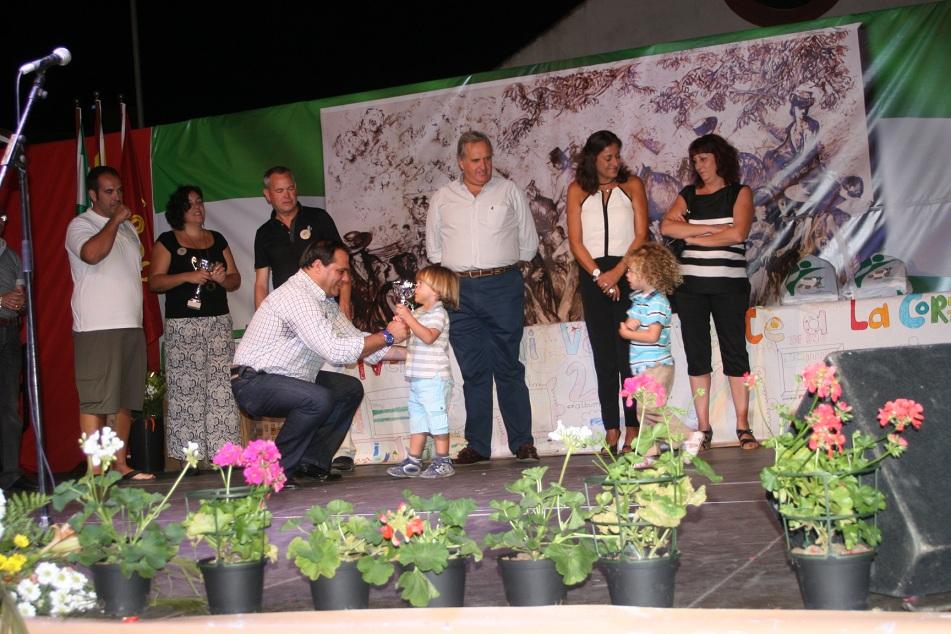 """Los """"nietísimos"""" también recibieron su trofeo de manos del delegado Jaime Ruiz."""