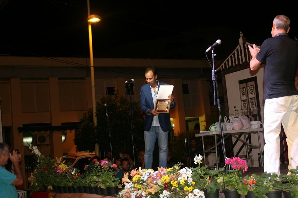 El periodista, Ernesto Muñoz, recibió una placa de la A.VV. León Felipe por su implicación en la presentación de la Velá.