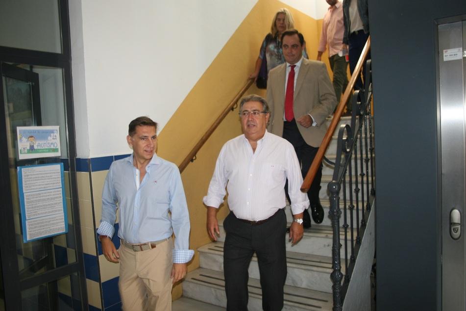 El director del colegio Borbolla, Jaiver León, junto al alcalde de Sevilla, Juan Ignacio Zoido.