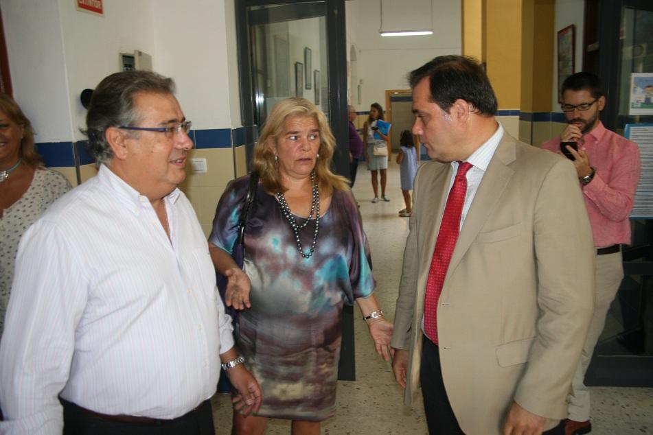 El alcalde Zoido, la delegada de Hacienda, Asunción Fley y el delegado de San Pablo-Santa Justa, Jaime Ruiz.