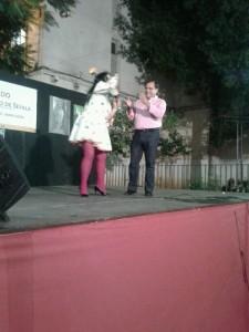 El concejal, Jaime Ruiz, subió al escenario invitado por los artistas.