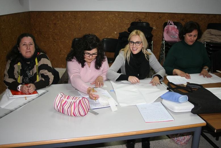 Las alumnas de Ana Rosal, como Inma Giráldez que se hizo un traje de gitana el pasado curso, aprenden a cortar y coser todo tipo de prendas.