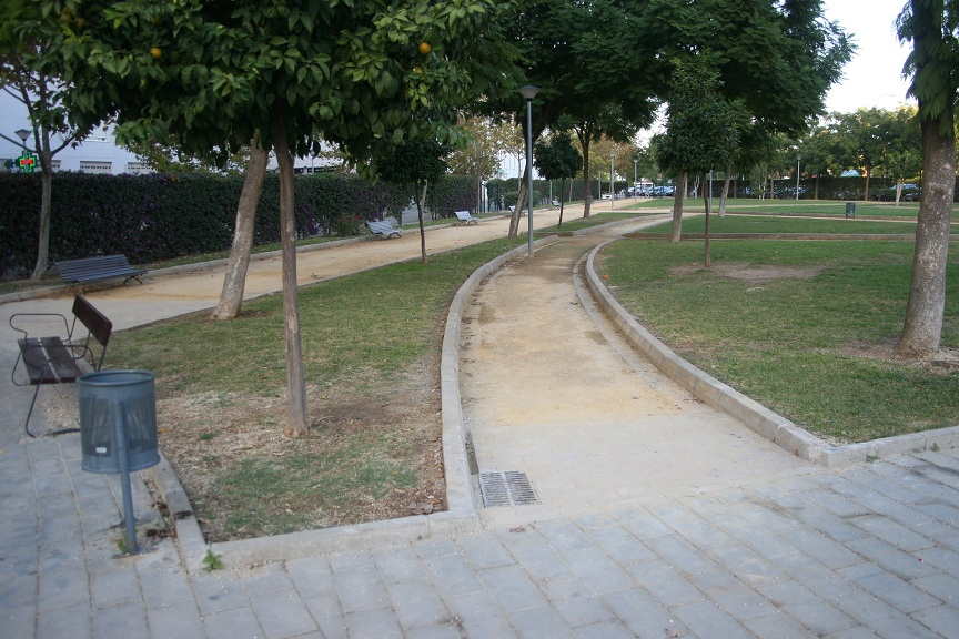 Los bordillos han sido sustituidos por adoquines rojos colocados a ras de suelo.