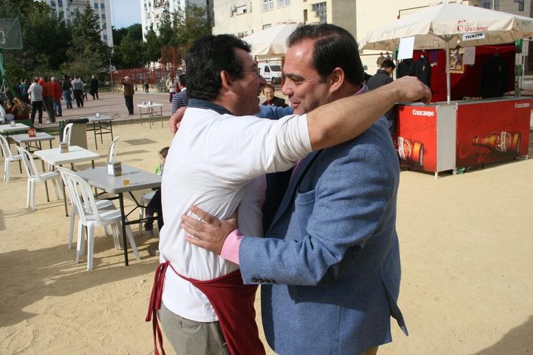 """Con Rafael Romero """"Fali"""" que estuvo en la barra del ambigú aportando su trabajo."""