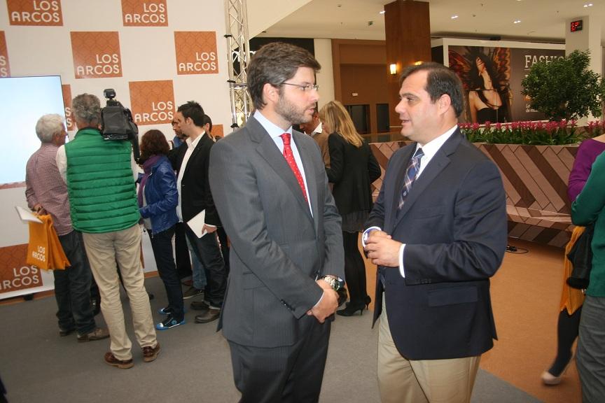 El director, Álvaro Guerrero, conversa con el delegado del distrito San Pablo-Santa Justa, Jaime Ruiz.
