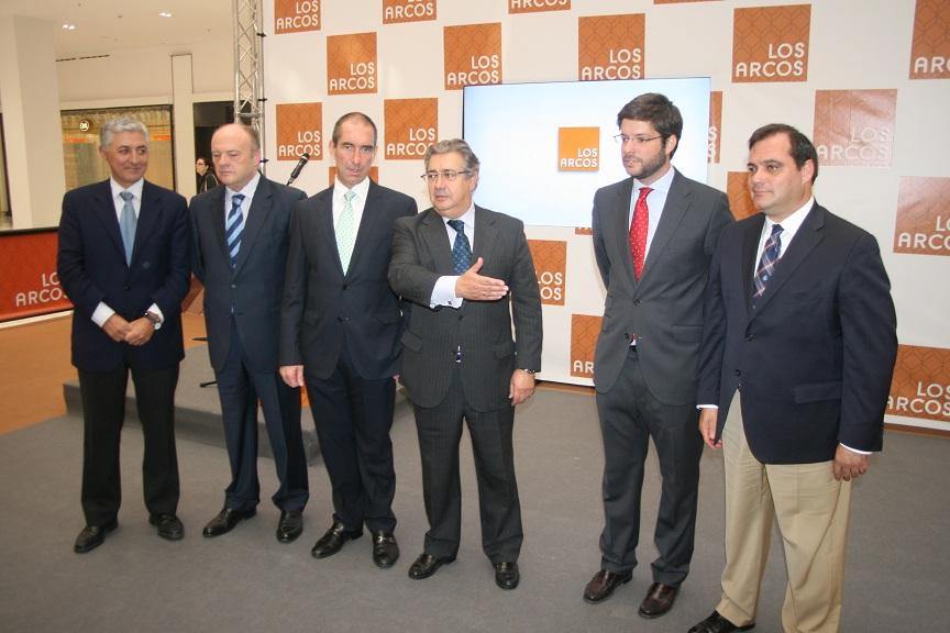 El alcalde de Sevilla, Juan Ignacio Zoido, respaldó con su presencia el comercio en San Pablo-Santa Justa.