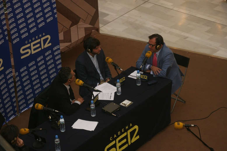 El cantante Nolasco, el periodista Salomón Hachuel, el director de Los Arcos, Álvaro Gutiérrez y el delegado Jaime Ruiz.