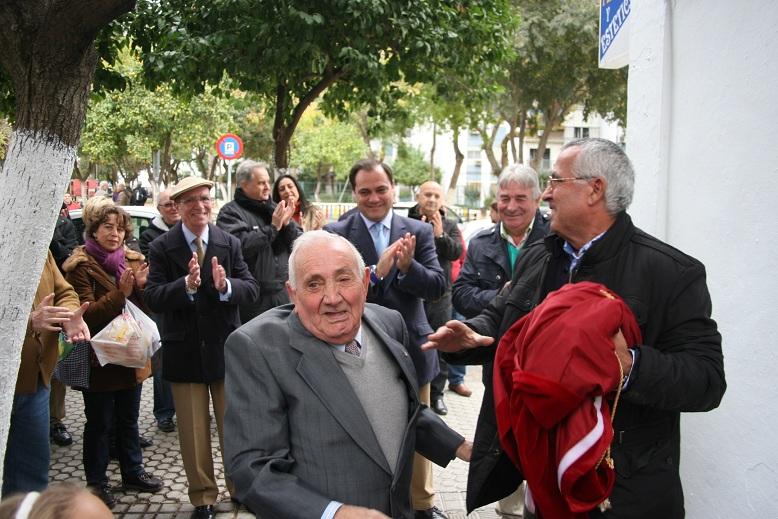 Manuel Ruiz Ojeda descubrió el rótulo de la plaza que lleva su nombre.