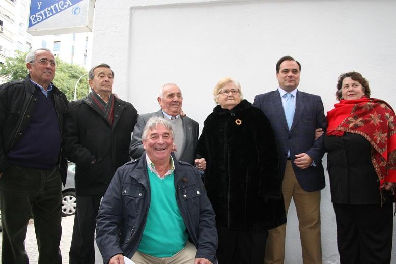 Ruiz Ojeda junto a su mujer y varios representantes vecinales.