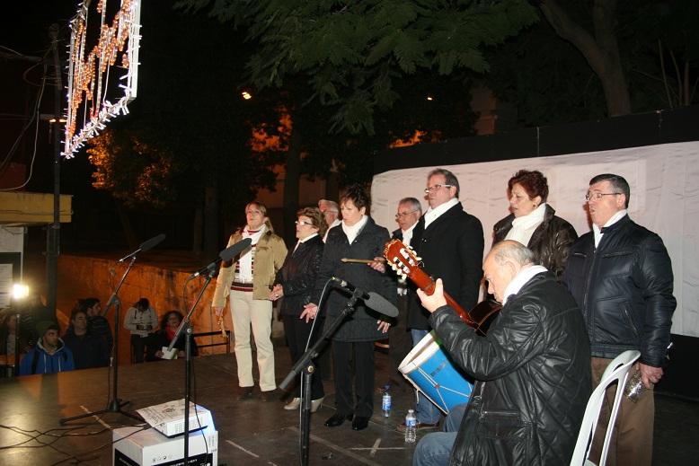 El coro de la A.VV. El Pueblo volvió a derrochar su poderío de voces en una nueva colaboración con el Distrito.
