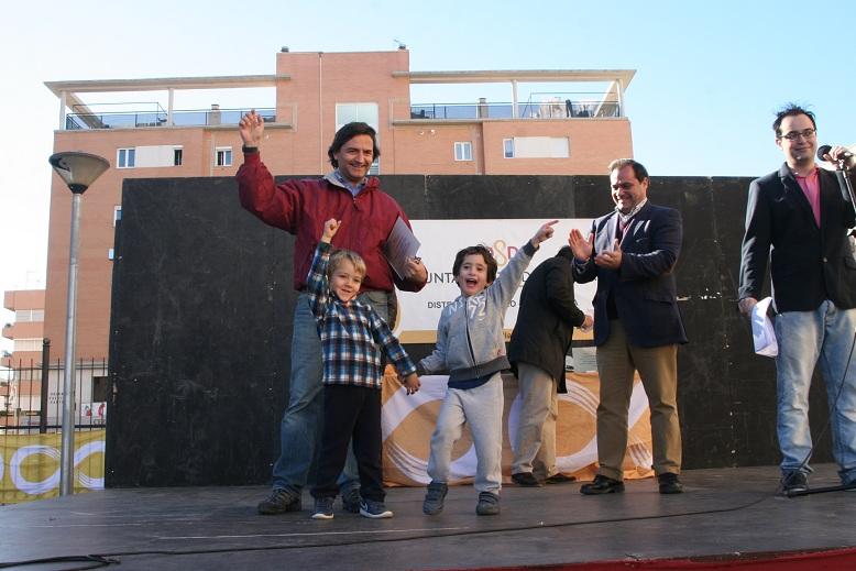 El presidente de la A.VV. Bordas de la Rosaleda, Antonio Urbano, recibió un reconocimiento.