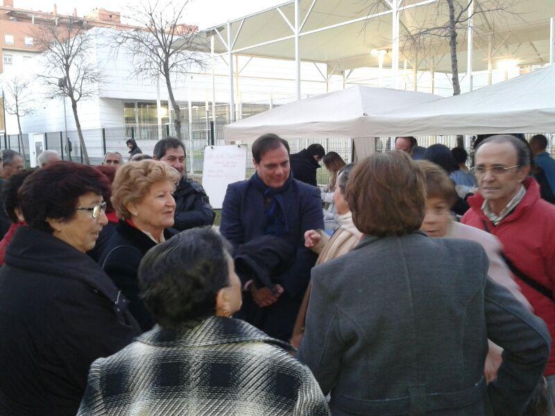 Conversando con los asistentes al evento en los minutos iniciales