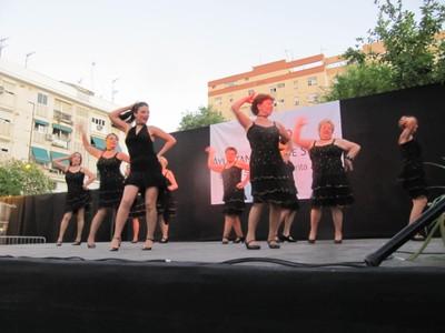 Remedios Salgado, en primer plano, y su taller de baile durante la clausura de talleres