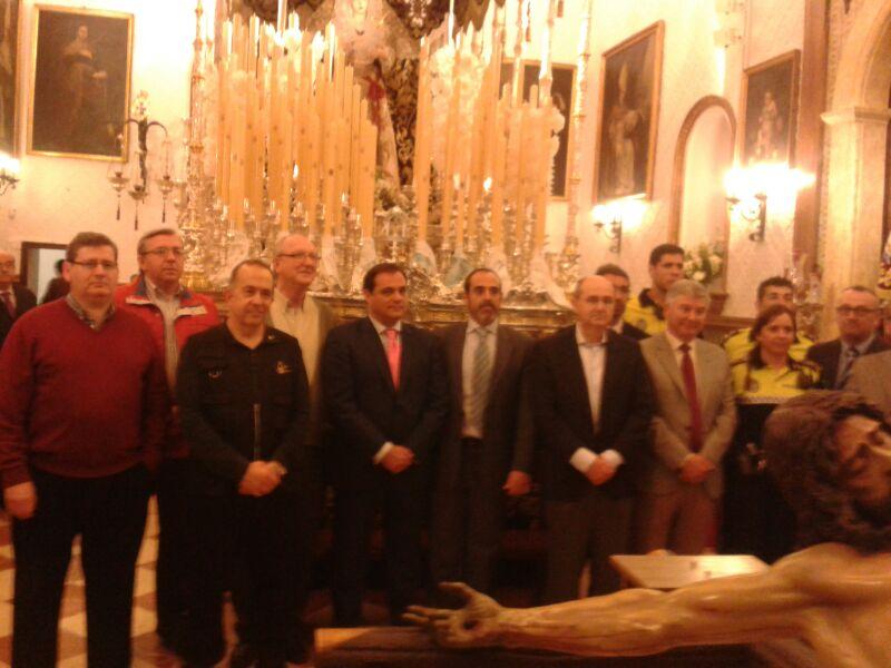 Con la Junta Directiva de la Hermandad de la Trinidad y representación de la Policía Local de Sevilla