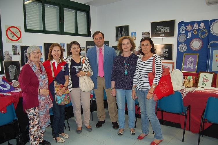 Junto a Concepción García, sus alumnas y la exposición de Bolillos
