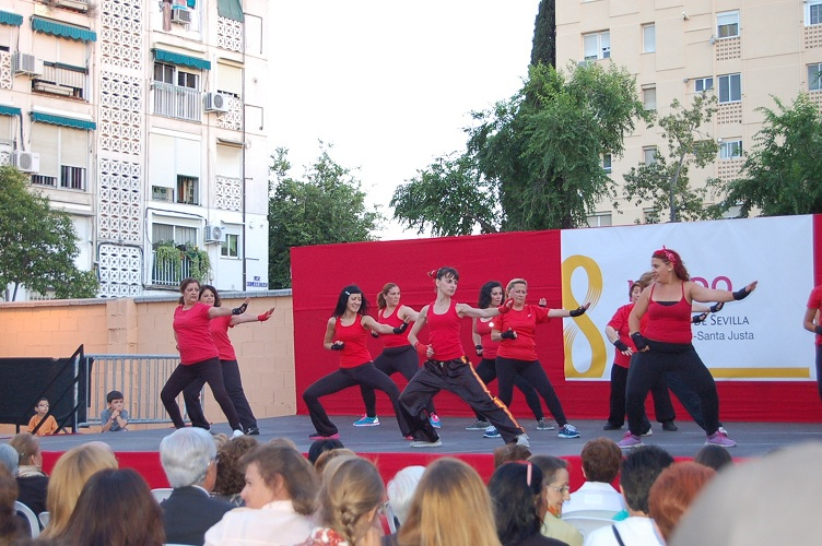 Cristina López llenó el escenario de energía con su taller de aeróbic