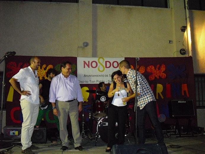 Entregando premio del certamen de baile junto con Santiago Ruiz, Jefe de Estudios del Centro.
