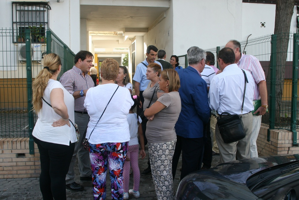 El delegado Jaime Ruiz junto a las vecinas solicitantes de la reunión y el gerente de Lipasam, Francisco José Rodríguez.