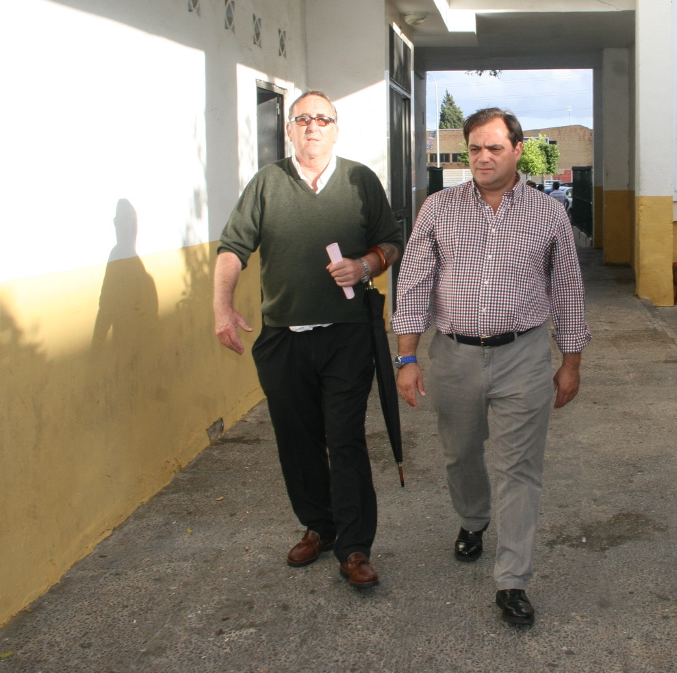 El vecino Antonio Muñoz también quiso que el Delegado viera personalmente las mejoras que ha solicitado al Distrito.