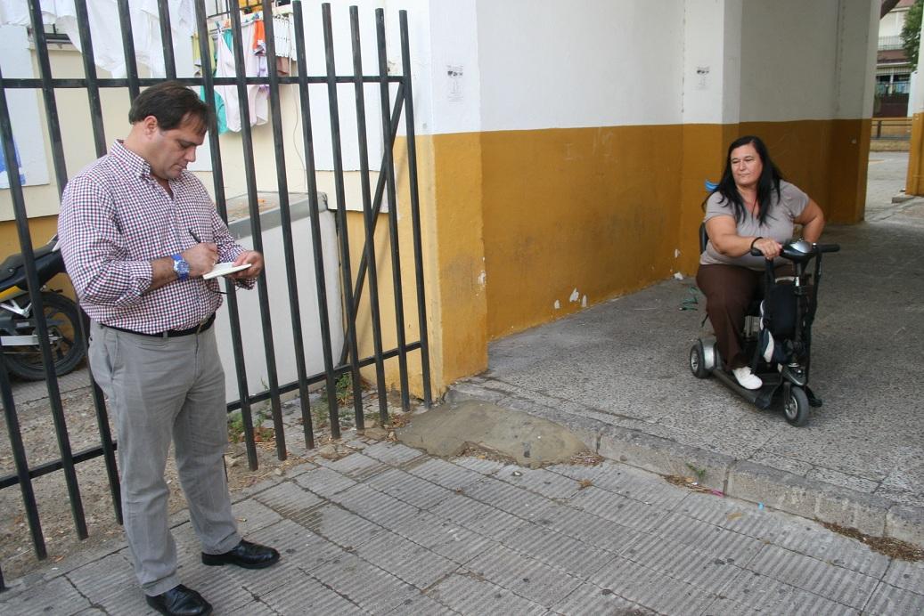El delegado Jaime Ruiz tomó nota de la petición sobre unas rampas de acceso que permitan a los vecinos con movilidad reducida moverse con mayor facilidad.