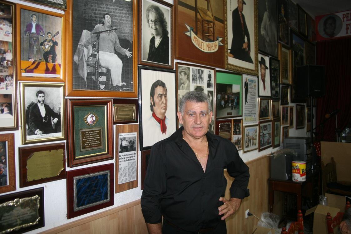 El presidente de la Peña Manuel Mairena, Miguel Martínez Fajardo, en la sede cedida por el distrito San Pablo-Santa Justa.
