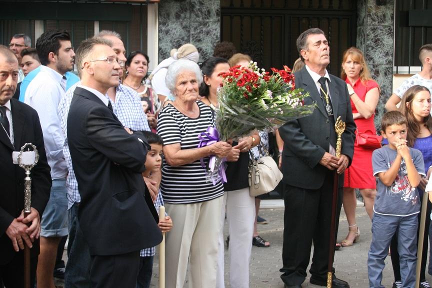 """""""Satur"""", junto a Juan Antonio y Manolo, además de su hijo y su nuera, recibió al paso en la puerta de su casa como homenaje."""