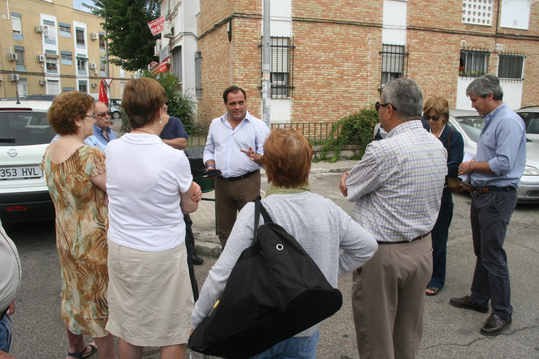 Jaime Ruiz junto al primer grupo de vecinos al que luego se unirían representantes de la Intercomunidad y presidentes de bloques.