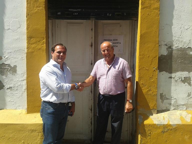 En la imagen junto al presidente de la A.VV. Huerta de Santa Teresa, Miguel Cáceres.