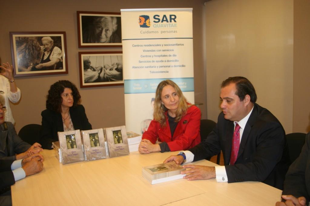 La directora del SARquavitae, Mercedes Pérez, en el centro, se mostró agradecida con la iniciativa del delegado, Jaime Ruiz.