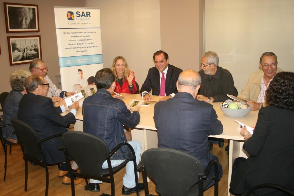 Representantes vecinales, fotógrafos, periodistas, poetas, gestores y políticos se entendieron en esta reunión.