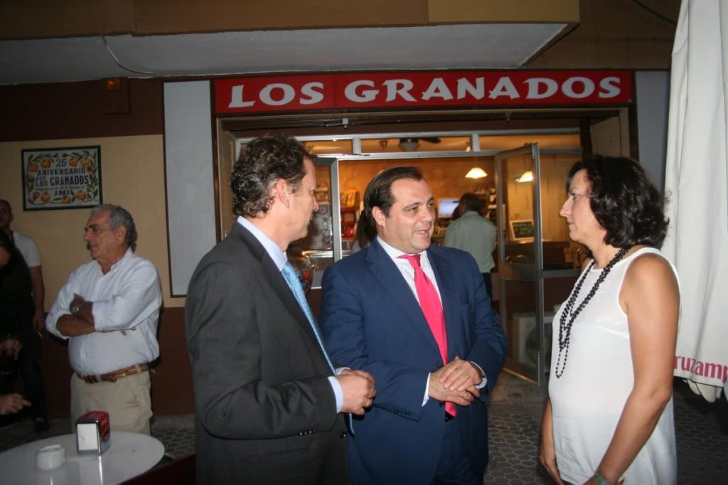 El presidente de la A.VV. Los Granados, Diego Mellado, el delegado Jaime Ruiz y la Tesorera, Marilú Morales.