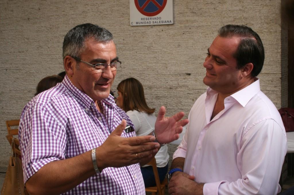 El ex Hermano Mayor de la Trinidad, Félix Lerma hablando con el delegado, Jaime Ruiz.