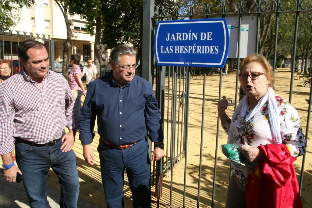 El delegado Jaime Ruiz, el alcade Juan Ignacio Zoido y la presidenta de Amigos del Jardín de las Hespérides, Amparo Pérez Franco.