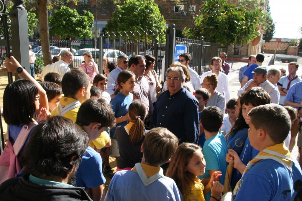 Los scouts rodearon al Alcalde que levantó mucha expectación entre los jóvenes.