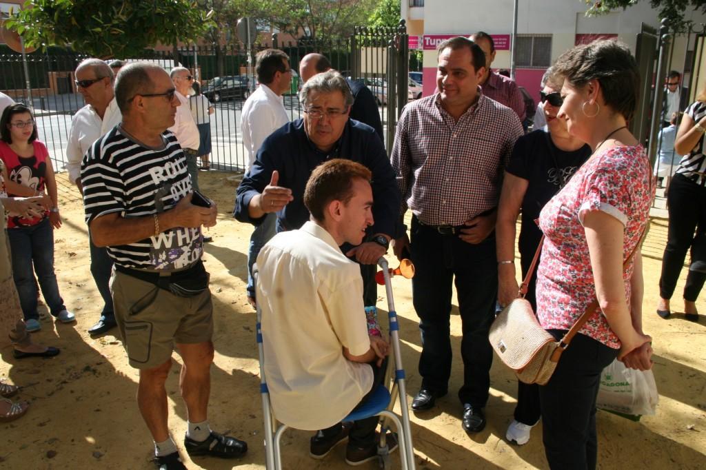 El Alcalde habló con los vecinos y entre ellos estaba Javier, el hijo de Antonia González, secretaria de la asociación Amigos del Jardín de las Hespérides.