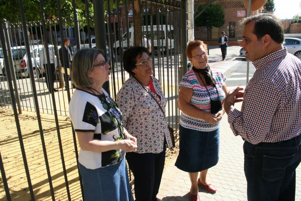 Francisca Montejo, vecina del bloque Giralda, departió con el Alcalde y con el delegado, Jaime Ruiz.