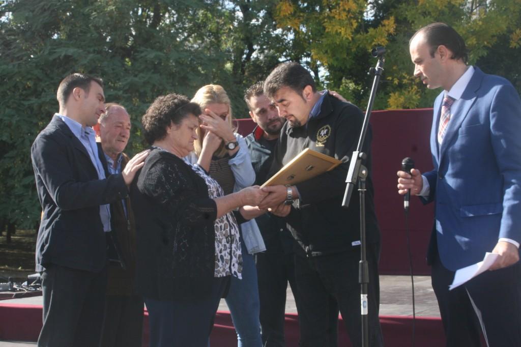 La familia de Ramón Sánchez recibió de manos de José Antonio del Castillo un recuerdo homenaje a su figura.