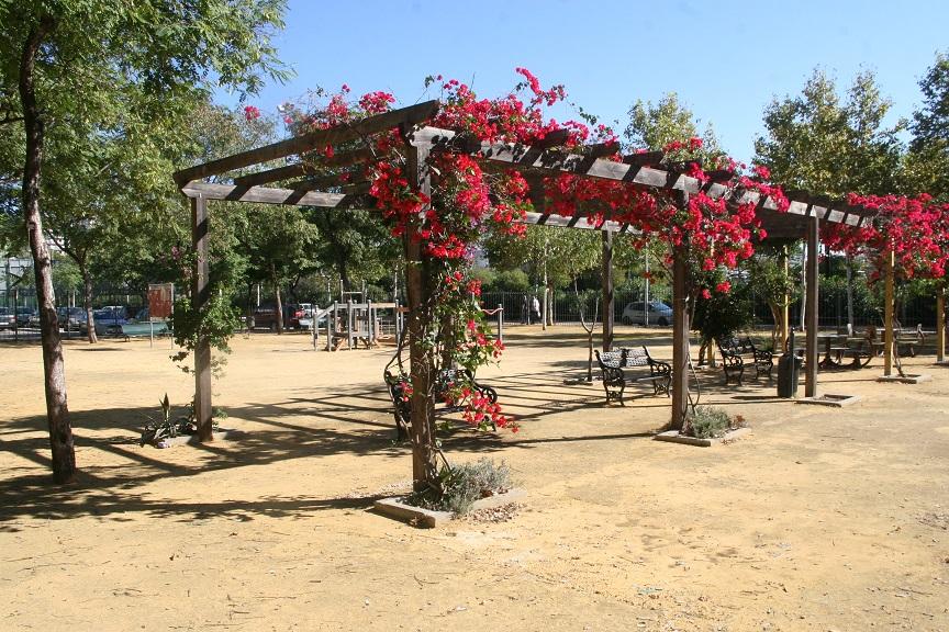 La pérgola del Parque 28 de Febrero se arregló el pasado verano para preservar la integridad de los niños.