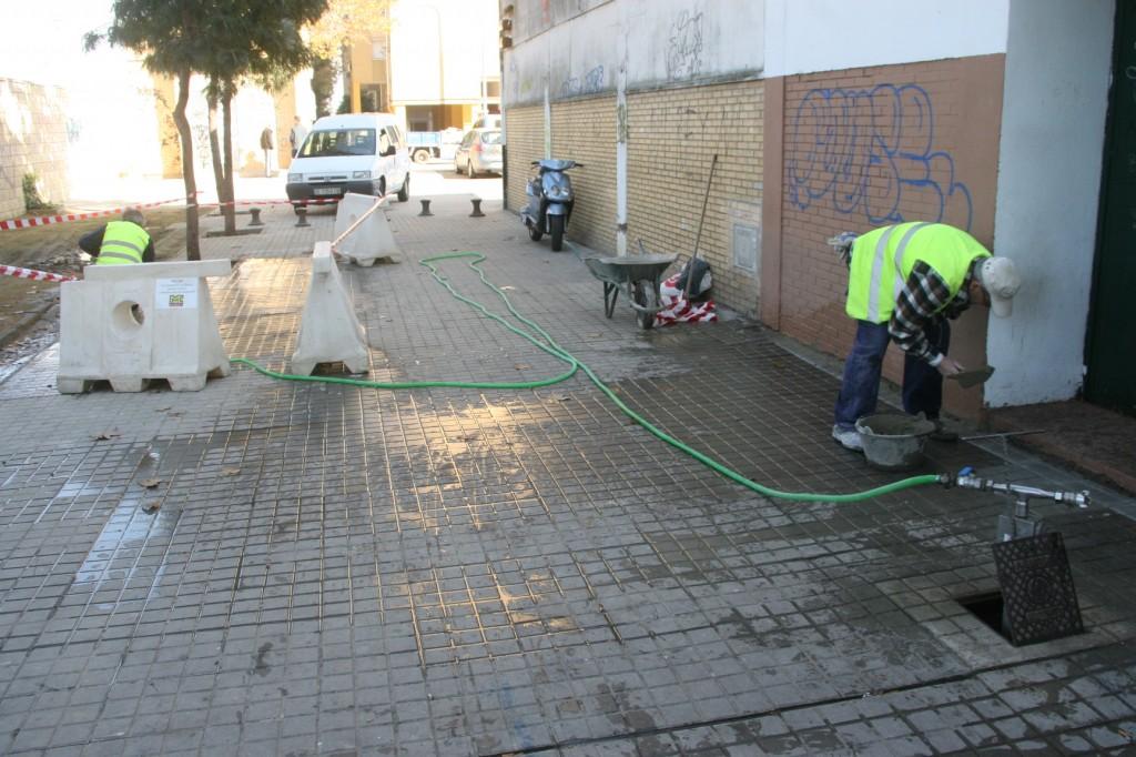 Los operarios se afanan por dejar arreglada una de las calles en peor estado del barrio.