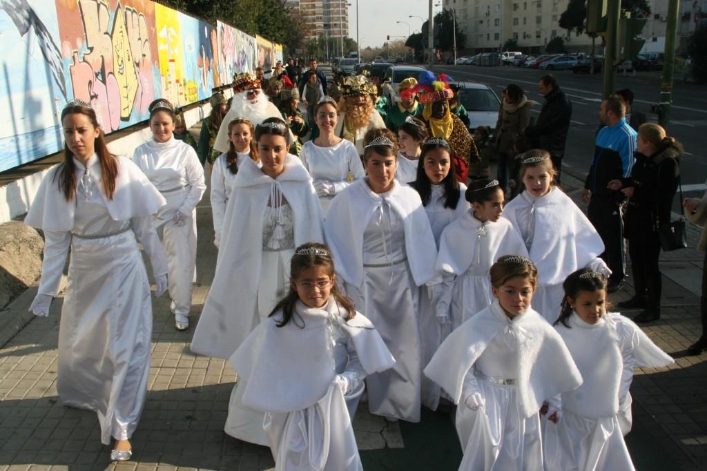 El Cortejo discurrió por la calle Éfeso en dirección al Pabellón de Deportes San Pablo dónde esperaban las Carrozas.