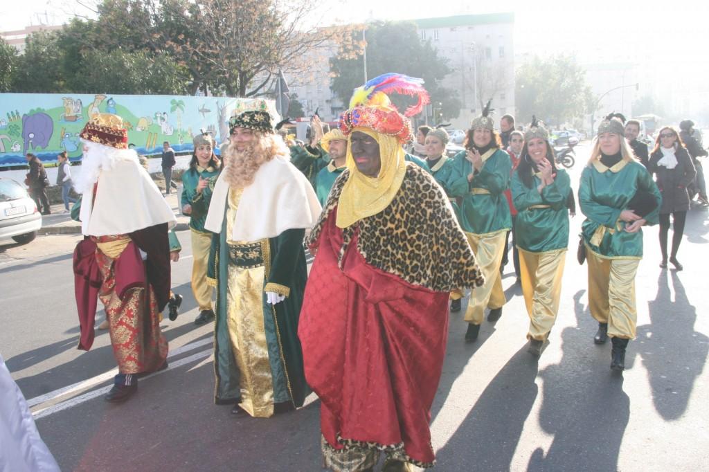 Sus Majestades los Reyes Magos de Oriente con los pajes del Rey Gaspar detrás que se lo pasaron en grande.