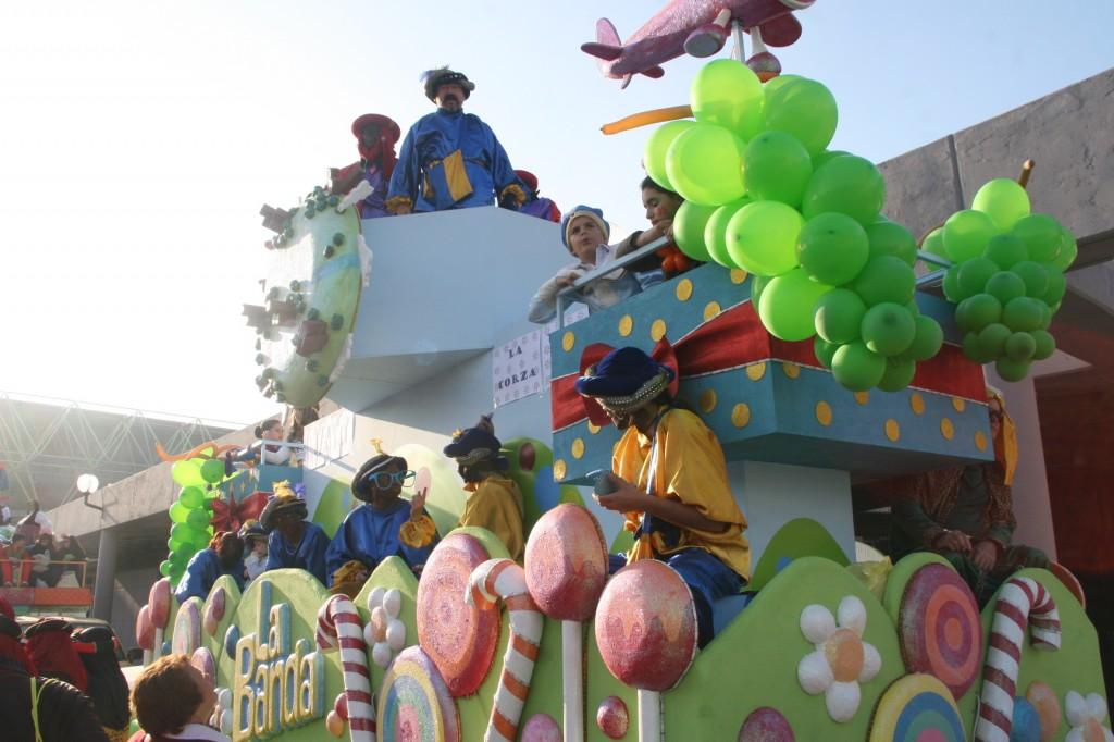 La Carroza de La Banda fue decorada por la A.VV. León Felipe de La Corza con las ya famosas uvas de Canal Sur.