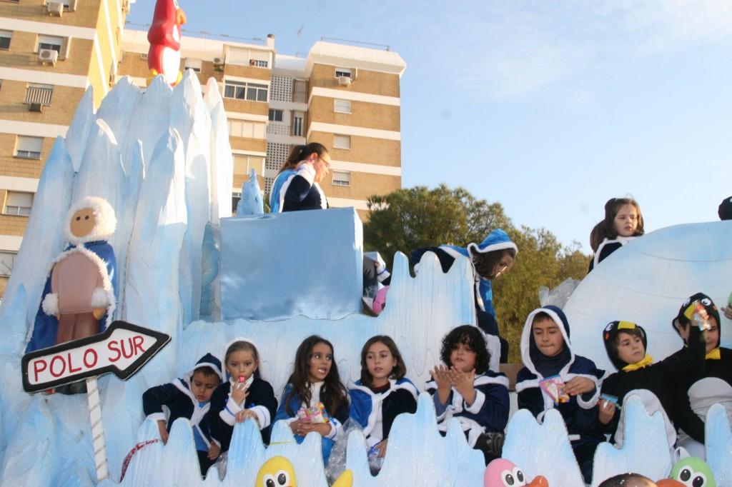 La Carroza del Polo Norte y Polo Sur no pasó frío y estuvo representada por la Asociación Cultural Nuestro Padre Jesús de la Salud.