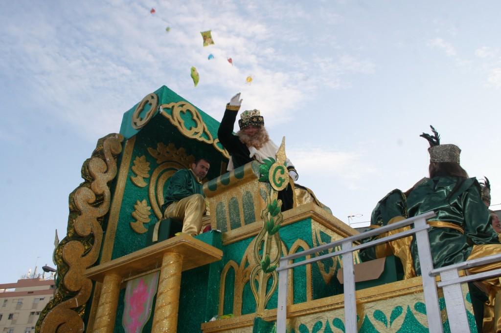 El Rey Gaspar lo dio todo y se entregó al paso de los diferentes barrios del distrito San Pablo-Santa Justa.