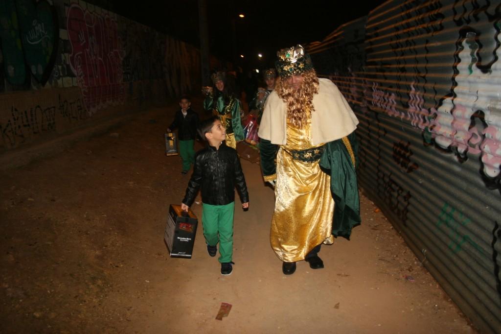 Este niño quiso agradecerle al Rey Gaspar el coche teledirigido que le había traído. También se interesó por el estado de Melchor y Baltasar. Sin duda esta fue una de las anécdotas de la jornada.