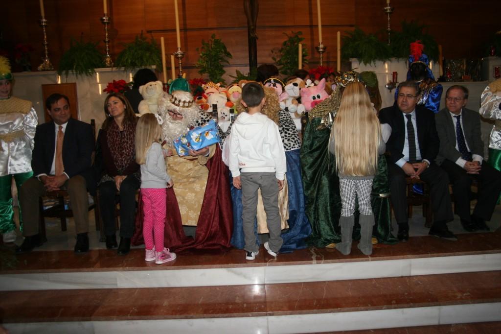 niños reciben sus regalos